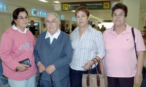 Guadalupe Esparza viajó a Lima, la despidieron Carmela, Lupita y Luz María.