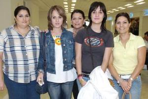 <b>01 de octubre 2005</b><p> Sofía y mary Carmen Berlanga viajaron a Barcelona, las despidió su familia.