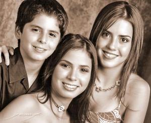 Srita. Ana Cecilia Hernández Gurrola, captada el día que festejó sus quince años, en compañía de sus hermanos, Laura Natalia y José Gerardo.