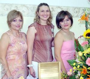Brenda Antares Vázquez González, acompañada de Ángeles de Coronado y Lily Ávila, organizadoras de su despedida de soltera.