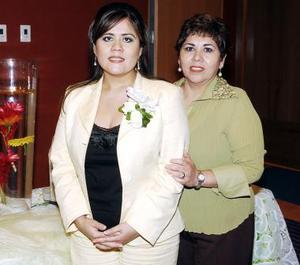 Claudia Adame junto a su mamá, María de Jesús Ponce de Adame.
