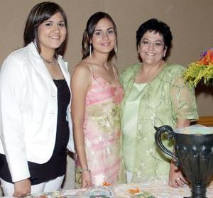 Corina Godoy junto a su hermana Gaby y su mamá Corina Ramos de Godoy.
