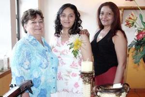 Cristina Ramos Villa, acompañada por las organizadoras a su fiesta de despedida de soltera.