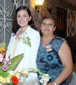 Mayela Margarita Sandoval Rodríguez acompañada por su mamá, María Ventura Rodríguez, quien le organizó una fiesta de despedida.