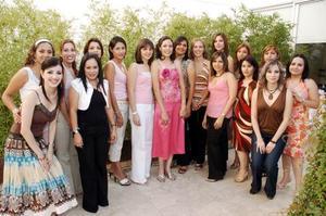 Tania E. Velázquez Mojica recibió felicitaciones por su próximo matrimonio con Francisco Javier Chapa.