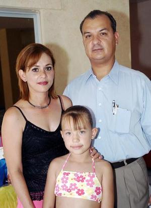 Karen Sofía Urbina Martínez junto a sus papás, Antonio Urbina Zeglen y Ana Mireya Martínez de Urbina, en la fiesta infantil que le prepararon.