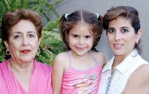 María Teresa Bredeé de Fernández acompañada por su mamá Conchis Fernández de Bredeé y por su abuelita quienes le organizaron una fiesta de cumpleaños.