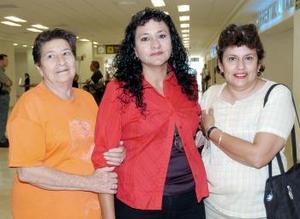 Blanca Valdez viajó a Tijuana y la despidieron Martha Valdez y Aurora Sosa.