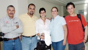 <b>03 de octubre 2005</b><p> Mariana y Ricardo viajaron al DF, los despidió Lolita, Jorge y José.