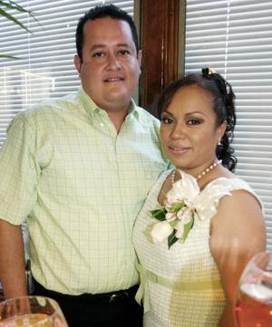 <B>02 de octubre de 2005</b><p> Karina Rodríguez de León y Salvador Contreras contraerán matrimonio en fecha próxima, y por ello fueron despedidos de su vida de solteros