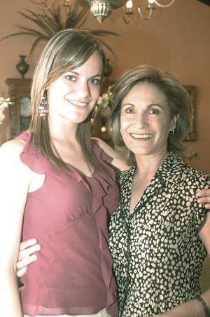 Susana con su mamá Lourdes Muñoz de López-Barrio.