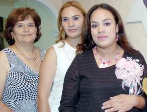Claudia Rocío Galván de López acompañada por su mamá, Francisca López de Galván y su hermana, Eva Galván, quienes le organizaron la fiesta de canastilla.