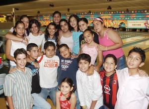 Sara Anahí Ramírez Acosta, acompañada por un grupo de amigos en su fiesta de cumpleaños.