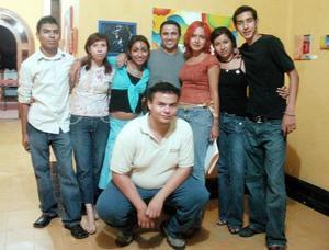 Tere Moreno, Roberto Rangel, Omar Cháirez, Luis Acosta, Arturo Gamboa, Aurora Martínez, Priscila Villegas y Estela.