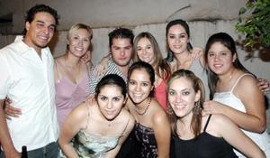Selene Guglielmi Mazzari acompañada de sus amigos, en su fiesta de cumpleaños.