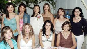 <B>02 de octubre 2005</b><p> Susy Anaya de García acompañada por algunas de las invitadas a la fiesta de canastilla que le organizaron por el cercano nacimiento de su bebé.