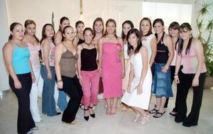 Iveth Rocío  Flores de la Cruz acompañada por un grupo de amigas en su fiesta de despedida de soltera.