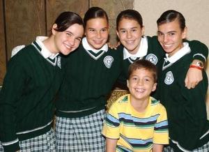 Mónica Martínez, María Martha Ceniceros, María Cuéllar y Marcela Cuerda, alumnas y Escolta del Colegio Inglés, las acompaña Antonio Elizondo.