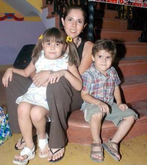 Mónica Porras con sus hijos Axel y Valeria Joffre Porras.