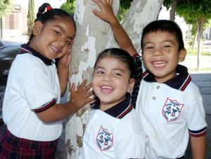 Osmara Abeline Cázares Martínez acompañada por su hermanita Daniela y su primito Enrique Martínez, el día que celebró su sexto cumpleaños.