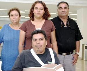Giner Quiñones y Paty Vázquez viajaron a Juárez y los despidieron Lucio y Martha Vásquez.