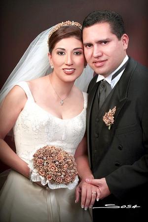 Ing. José Armando Perales Huerta e Ing. Julia Miriam Solís Martell recibieron la bendición nupcial en la parroquia de la Sagrada Familia, el pasado 27 de agosto.