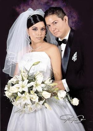 Sr. Esteban Hernández Mendoza y Srita. Claudia Ivonne Flores Vaquera, en una fotografía de estudio con motivo de su enlace nupcial
