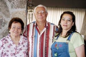 Antonio Morales y Laurencia Silveyra de Morales junto a la festejada.
