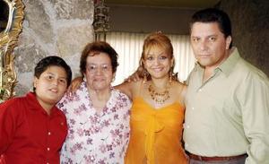 <b>07 de octubre de 2005</b><p> Sra. Clelia de Morales con su hija Lucía de Ramos, su yerno Rogelio Ramos y su nieto Rogelio Jr.