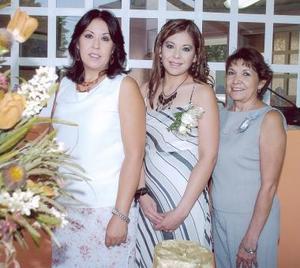 La futura novia acompañada de su mamá, María del Carmen Álvarez y su suegra, María del Refugio Gutiérrez de Sáenz.