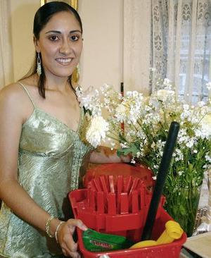 <B>07 de octubre de 2005</b><p> Por su cercano matrimonio, Lucila Navarrete López disfrutó de una fiesta de despedida.