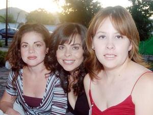 <b>06 de octubre de 2005</b><p> Daniela de Medina, Sonia de Fiscal y Patricia de De Cayón.
