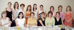 Un amplio grupo de invitadas asistió a la reunión pre nupcial que se le ofreció a Begoña.