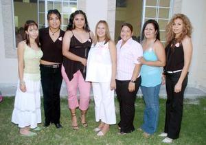 <B>06 de octubre 2005</b><p> Irene Isabel Escandón de Torres acompañada por un grupo de amigas, en la fiesta de canastilla que se le ofreció.