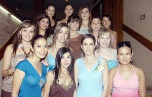 Diana Carrete Montes, acompañada de sus amigas en día que celebró su despedida de soltera.