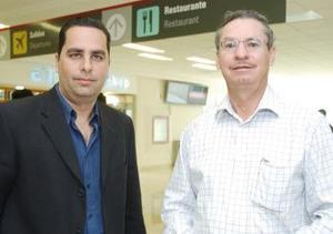 <b>06 de octubre 2005</b><p> Óscar Mora llegó procedente de México, lo recibió Francisco Gamba.