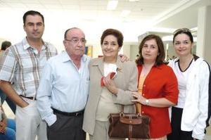 José Manuel  y Eva Echevarrieta viajaron a Madrid, los despidieron sus hijos.