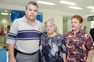 Josefina Bejarano viajó a Tijuana y a Las Vegas, con sus hijos Jesús y Rosa Esparza.