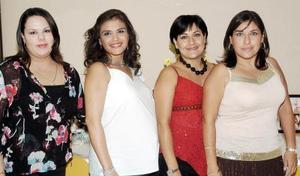 <b>08 de octubre de 2005</b><p> Karina de Cortez, acompañada por algunas de las invitadas a la merienda que le ofrecieron en honor del bebé que espera.