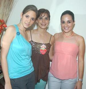 La futura novia junto a Laura de la Parra y Lucila Hernández de González.