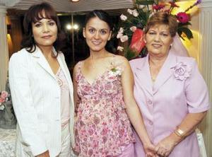 Sandra Villavicencio de Contreras acompañada de ls organizadoras de la fiesta de canastilla, que ofrecieron Rosa maría de Villavicencio y Olivia Contreras para el bebé que espera.