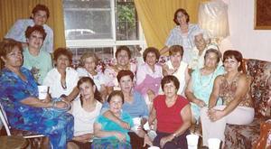 Mague, Hortensia, Hilda, Angelita, Bertha, Cholecita, María Elena, Delfis, Esther, Julieta, Jesús, Queta, San Juana, Cuquis y Chelito, grupo de cachibolistas en su reunion mensual.
