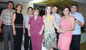 Lorena Ávila del Moral y Ricardo Aguiñaga Padilla, acompañados por un grupo de familiares en la despedida de soltera que les ofrecieron en días pasados.