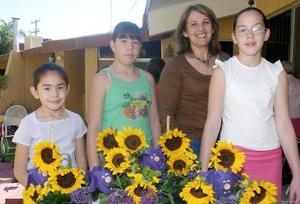 <b>08 de octubre 2005</b><p> Alicia, Mónica y María Galindo, anfitrionas de la reunión con la expositora Liz de Abraham.