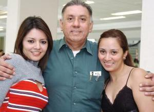 Rocío y Diana Sánchez viajaron a Hong Kong, las despidió su papá Luis Sánchez.