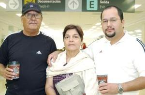 <b>08 de octubre 2005</b><p>  Jesús Coto viajó a la Ciudad de México y fue despedido por sus papás.