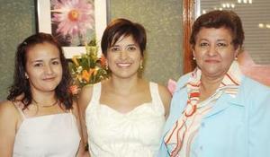 Cinthia Gaspar de Rodríguez junto a las anfitrionas de su fiesta de canastilla.