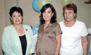 Con motivo del próximo nacimiento de  su bebé, le ofrecieron una fiesta de canastilla a Alicia Sánchez de Hernández..