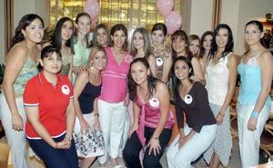 Karen Rivera de García, acompañada por un grupo de amigas en la fiesta de regalos para el bebé que espera, que le fue organizada  por Tere Quiñones y Tere Aguirre de García.
