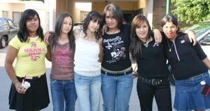 Paulina Hurtado  acompañada por sus amigas Aiko Nakamichi, Ale Padson, Nancy Ramos, Andrea León y Laura Landeros, el día que festejó sus 13 años de vida con un agradable convivio.